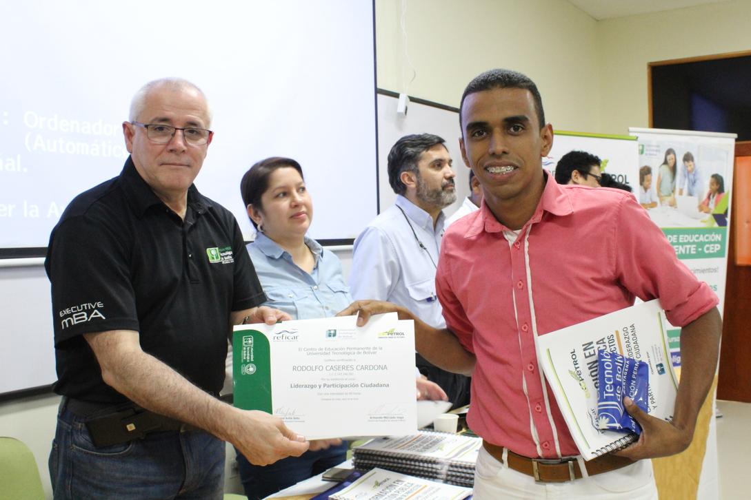 118 líderes comunitarios más graduados del curso Liderazgo y participación ciudadana