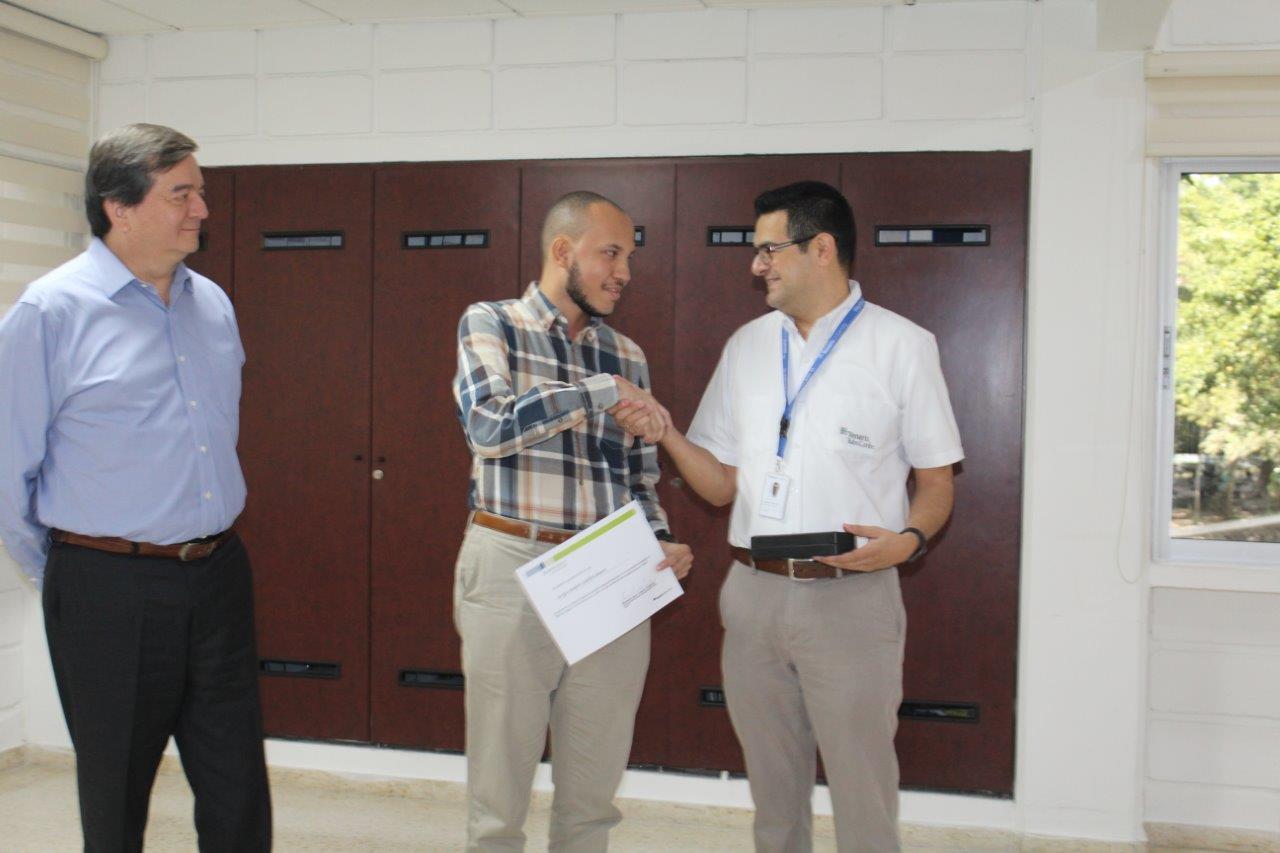 Tenaris también entregó beca a estudiante de la UTB